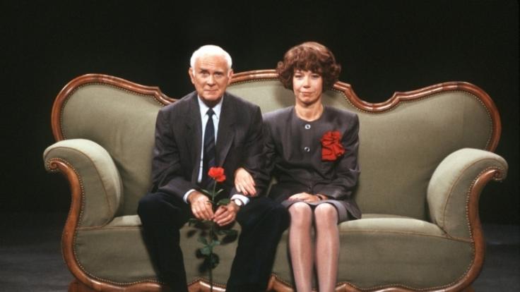Loriot mit seiner kongenialen Partnerin Evelyn Hamann auf der berühmten grünen Couch. (Foto)