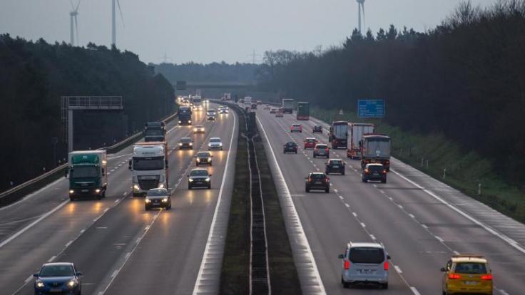 Auf den meisten Autobahnen in Deutschland wird es am Wochenende eher wenig Verkehr geben. Skiurlauber müssen auf der Hin- oder Rückfahrt jedoch etwas Geduld aufbringen. (Foto)