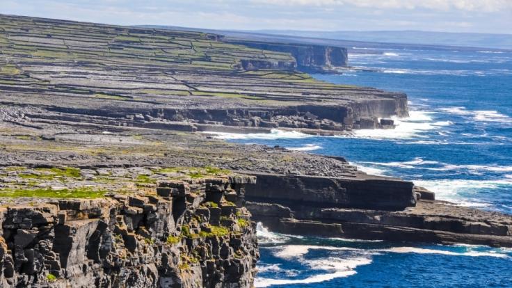 Schroffe Klippen und sanfte Weiden: Die Aran Inseln vor der Küste Irlands. (Foto)