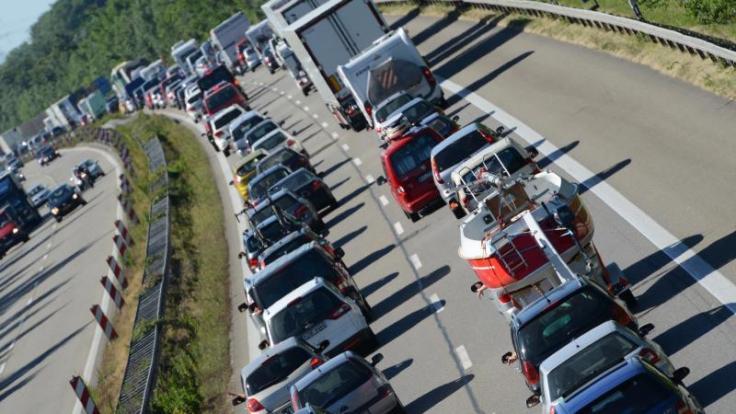 Wegen Fronleichnam und dem Ende der Pfingstferien müssen sich Autofahrer in den kommenden Tagen auf volle Autobahnen einstellen. (Foto)