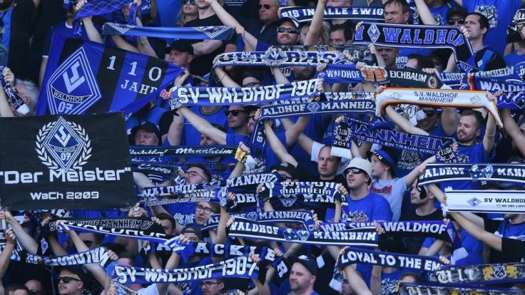 Mit ihren Schals in der Luft feuern die Fans vom SV Waldhof Mannheim ihre Mannschaft an. (Symbolbild) (Foto)