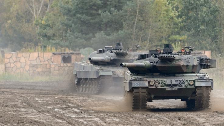 Zwei Kampfpanzer Leopard 2 rollen (noch) über den Truppenübungsplatz Munster.