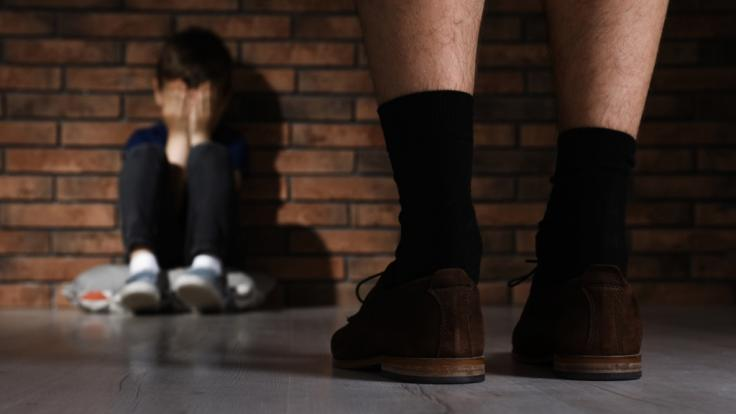 Ein 13-Jähriger Junge wurde an seiner Schule von einem Mann vergewaltigt.