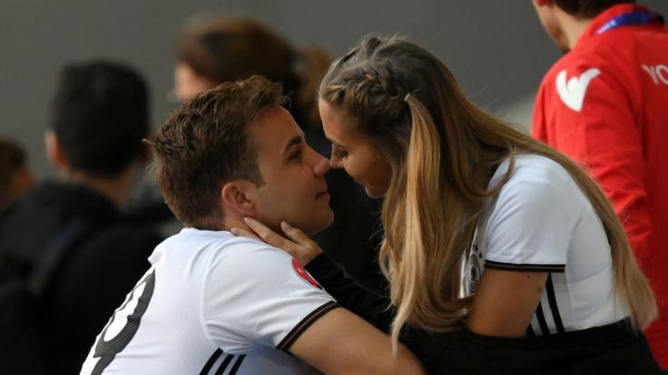 Ann-Kathrin Götze (geb. Brömmel) ist Model und Frau von Fußball-Star Mario Götze. Hier bei der EM 2016 mit ihrem Ehemann Mario. (Foto)