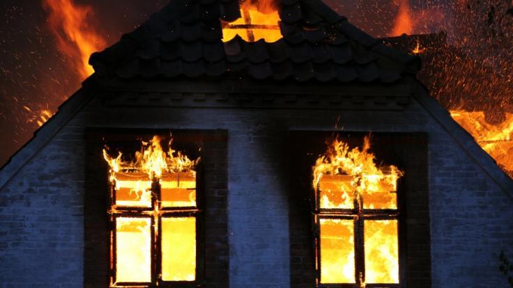 In Radevormwald sind fünf Menschen bei einem Wohnhausbrand gestorben. (Symbolfoto) (Foto)