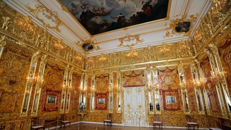 Das nachgebildete Bernsteinzimmer im Katharinenpalast in Puschkin bei Sankt Petersburg.