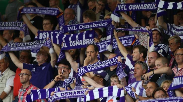 Mit ihren Schals zeigen die Fans vom VfL Osnabrück, wen sie gewinnen sehen wollen. (Symbolbild) (Foto)