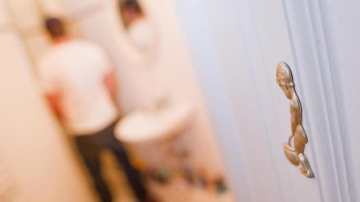 Farbe und Geruch von Urin können erste Hinweise auf Krankheiten sein - oder darauf, was man zuletzt gegessen hat. (Foto)