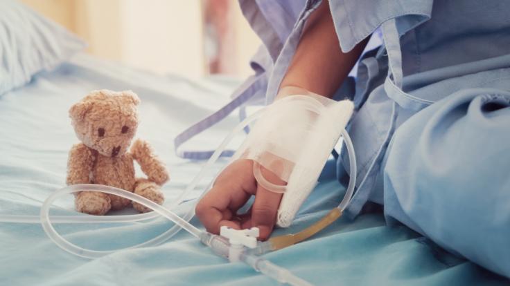 Gerade erst hatte ein 18 Monate alter Junge friedlich im Garten gespielt, wenig später kämpfte er in der Klinik um sein Leben - was hat das Kind so krank gemacht? (Symbolbild) (Foto)