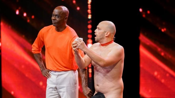 """Nackte Tatsachen bei """"Das Supertalent""""! Blake Eduardo, seines Zeichens Zauberer aus der Schweiz, hat Jurymitglied Bruce Darnell zu sich auf die Bühne geholt. (Foto)"""