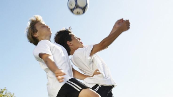 Duell beim Kopfball: Hier kommt es leicht zu Blessuren wie Prellungen und Platzwunden. (Foto)