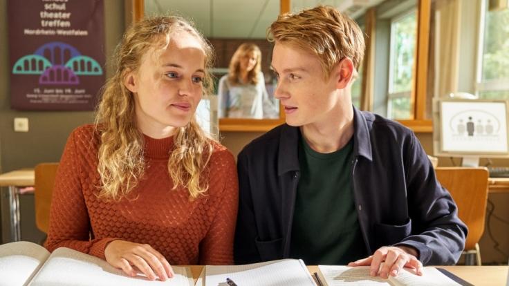 """Luise von Finckh ist als blinde Annalena in """"Der Lehrer"""" neben Konstantin (Lukas Zumbrock) und Karin (Jessica Ginkel, hinten) zu sehen. (Foto)"""