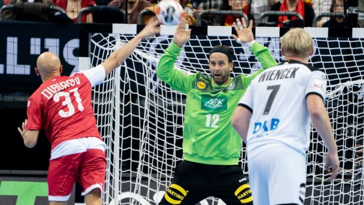Deutschlands Torhüter Silvio Heinevetter (M) gegen Russlands Timur Dibirow.