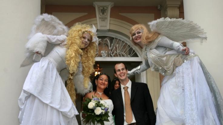 Wer in Deutschland einen ausländischen Partner heiraten will, braucht Beistand. (Foto)