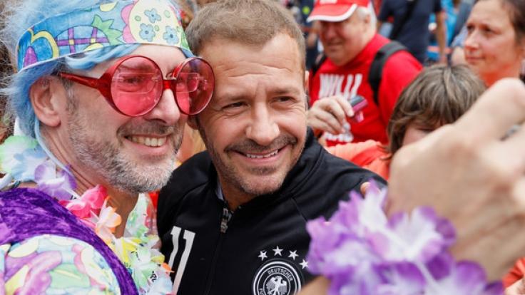 Willi Herren posiert mit einem seiner Fans für ein Selfie. (Foto)