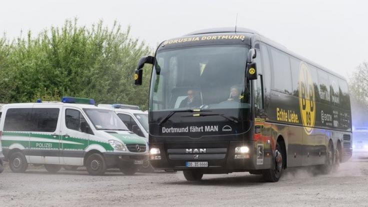 Begleitet von Fahrzeugen der Polizei fährt der Mannschaftsbus von Borussia Dortmund hinter der Fanwelt über einen Parkplatz in das Stadion und nimmt diesmal einen anderen Weg. (Foto)