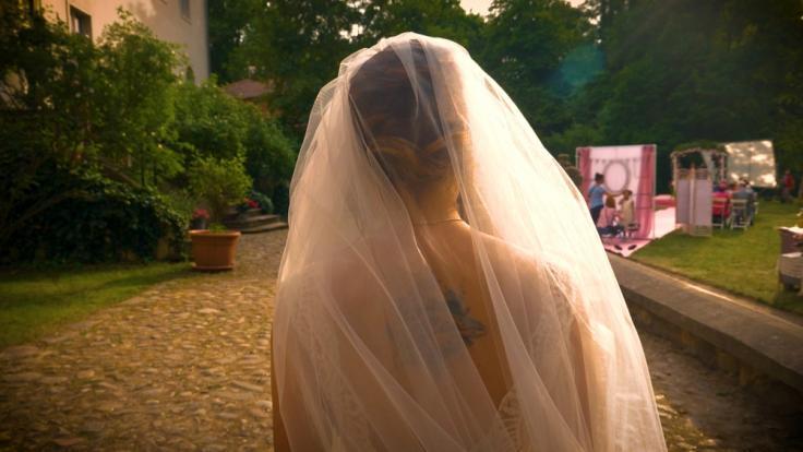 Emily (Anne Menden) als Braut, aber wo ist Paul (Niklas Osterloh)?