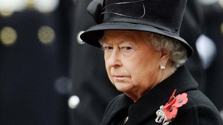 Die Schicksalsschläge für Queen Elizabeth II. wollen nicht abreißen: Kurz nach dem Tod von Prinz Philip muss die Königin nun von einem anderen Wegbegleiter Abschied nehmen. (Foto)