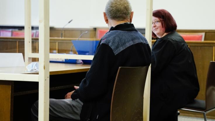 Ein 79 Jahre alter Mann musste sich am Landgericht Mosbach wegen Totschlags verantworten. Ihm wurde vorgeworfen, aus Überforderung seine 84-jährige pflegebedürftige Frau getötet zu haben. (Foto)