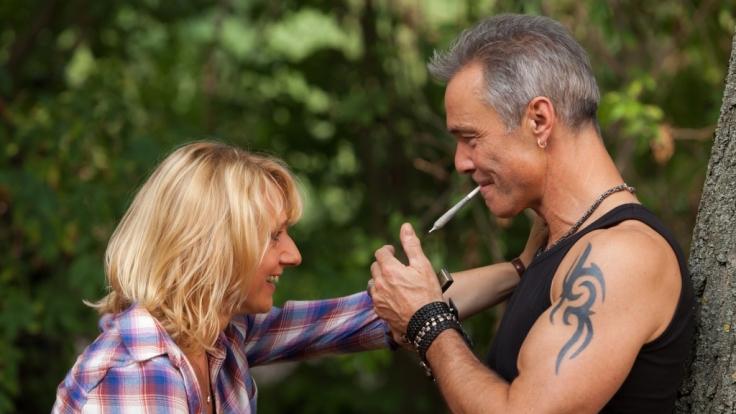Caro (Christina Große) und Mike (Hannes Jaenicke) verstehen sich bestens. (Foto)