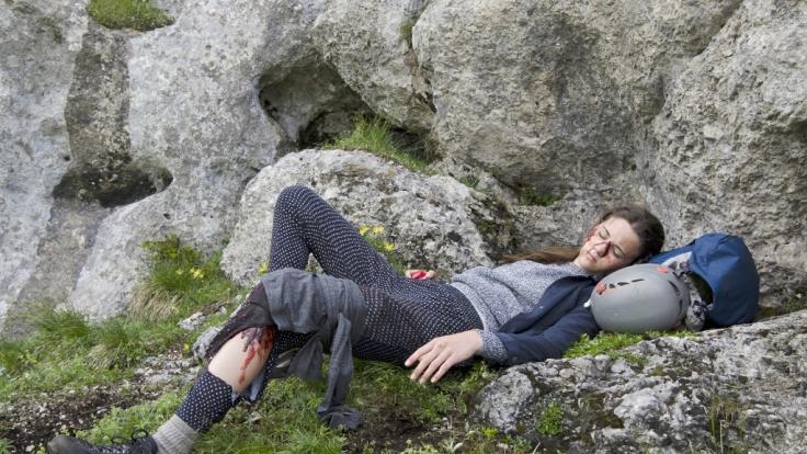 Von ihren Eltern unbemerkt, hat sich Leni (Ava Montgomery) von der Wandergruppe entfernt und ist schwer gestürzt. (Foto)