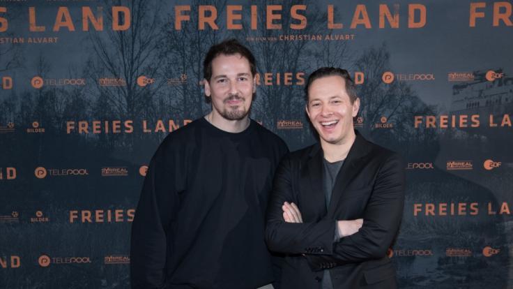 Der Schauspieler Felix Kramer (links) bei der Premiere des Films