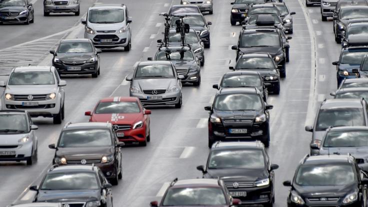 Autofahrer müssen sich in den nächsten Tagen auf volle Straßen einstellen. (Foto)