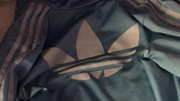 Diese Jacke erhitzt derzeit die Gemüter im Netz. Aber wie sieht sie wirklich aus und warum sehen wir verschieden Farben? (Foto)