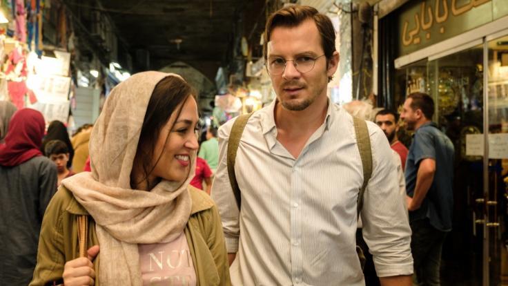 """""""Liebe auf Persisch"""": Ohne seine Dolmetscherin Shirin (Mona Pirzad, l.) ist Robert (Felix Klare) hilflos. (Foto)"""