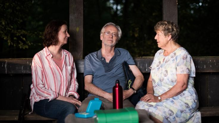 Hans Beimer, gespielt von Joachim Luger, sitzt in seiner letzten Serienepisode neben Anna, gespielt von Irene Fischer (l), und Helga, gespielt von Marie-Luise Marjan.