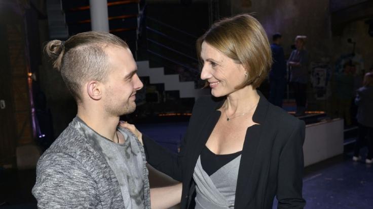 Joana Schümer (rechts) kommt für ihren Fernsehsohn Eric Stehfest (links) zurück zu