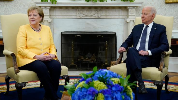 Bundeskanzlerin Angela Merkel (CDU, l) bei einem Gespräch mit US-Präsident Joe Biden im Oval Office des Weißen Hauses. (Foto)