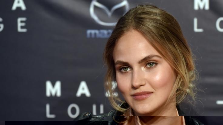 Elena Carriere ist die Tochter des Schauspielers Mathieu Carrière.