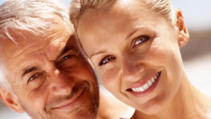 In den Wechseljahren treten oft Brustspannen und gutartige Gewebeveränderungen auf. Frauen sollten deshalb gut auf ihren Körper achten.