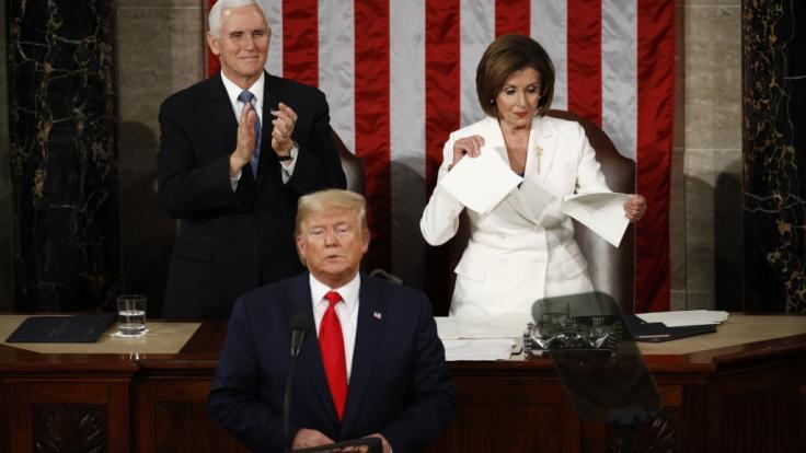 Demokratin Nancy Pelosi zerrisst Donald Trumps Rede zur Lage der Nation buchstäblich in der Luft. (Foto)