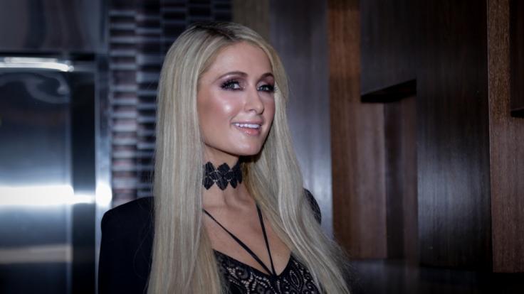Paris Hilton wirbt mit Einhorn-Ballon und ohne Oberteil für eine Modemarke. (Foto)
