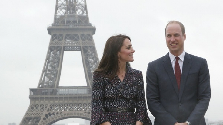 Herzogin Catherine und Prinz William posierten bei ihrem Paris-Besuch vor dem Eiffelturm. (Foto)