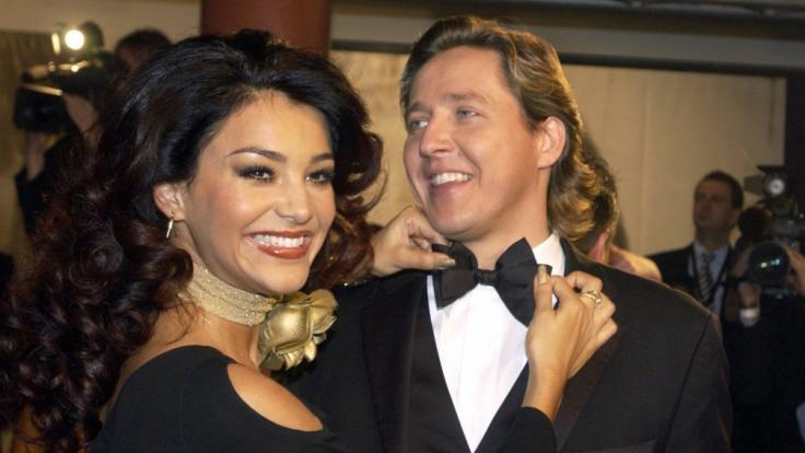 Schmunzelnd richtet Verona Feldbusch in Berlin vor Beginn der 54. Bambi-Verleihung 2002 ihrem Verlobten Franjo Pooth die Smoking-Fliege.