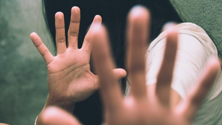 Eine Polizistin ist in Pakistan von ihrem Chef und Kollegen in eine Falle gelockt worden. (Symbolbild)
