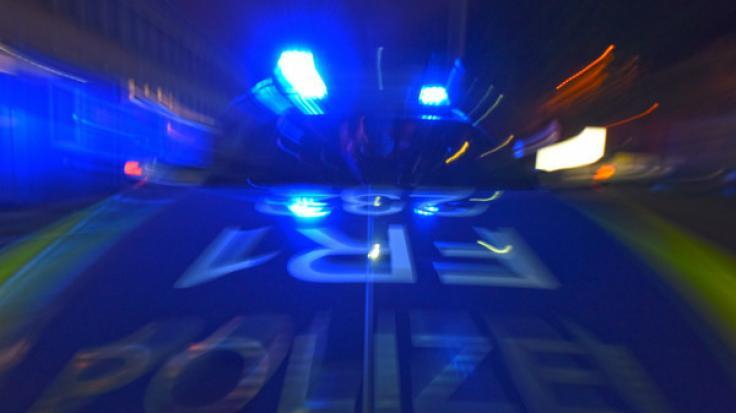 In Frankfurt am Main musste die Polizei am Dienstagabend zu einem Großeinsatz ausrücken - nach einer Schießerei sind vier Personen festgenommen worden (Symbolbild).