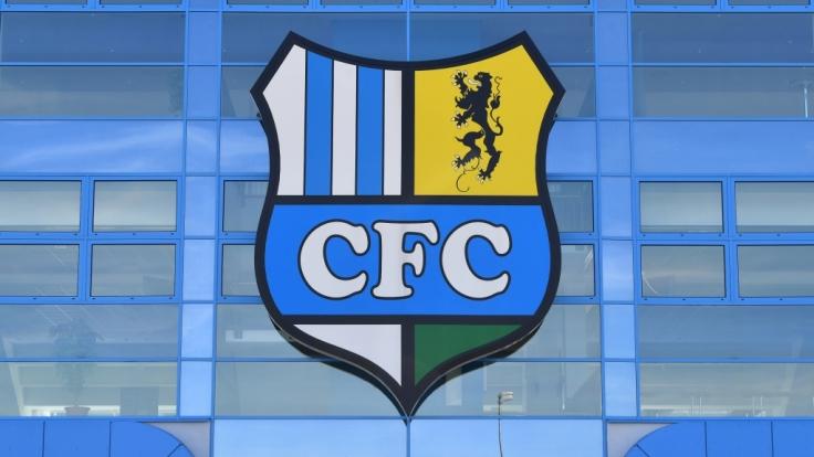 Das Wappen der Mannschaft ziert das Stadion an der Gellertstraße in dem der Chemnitzer FC seine Heimspiele hat. (Symbolbild) (Foto)