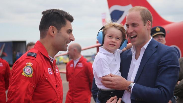 Nicht nur Dinosaurier begeistern den kleinen Prinzen. Auch Flugzeuge zählen zu Georges Leidenschaften.