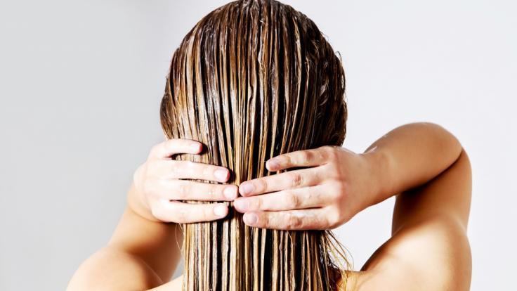Haarspülungen sollen den Haaren Feuchtigkeit spenden, doch viele enthalten bedenklich Inhaltsstoffe. (Foto)
