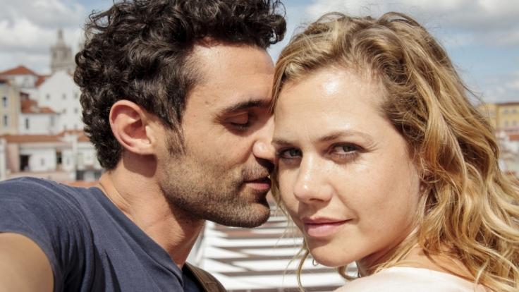 Leidenschaftliche Liebe: Eva (Felicitas Woll) und Luiz (Renato Schuch) in Lissabon. (Foto)