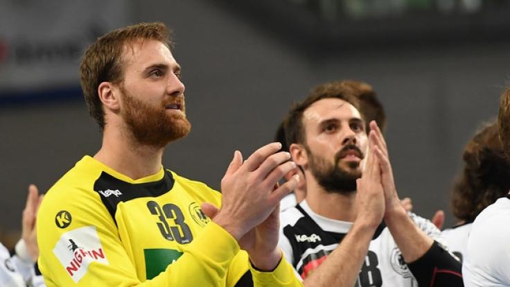 Gegen wen Deutschlands Torwart Andreas Wolff (l.) und Tim Kneule bei der Handball-Europameisterschaft antreten müssen, zeigt sich am 23.06.2017 bei der Auslosung.