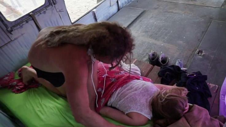 Zuerst verwöhnt Candy Viktoria mit einer Massage.