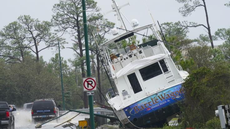"""Ein Boot ist durch den Hurrikan """"Sally"""" an Land, neben eine Straße getrieben worden. (Foto)"""