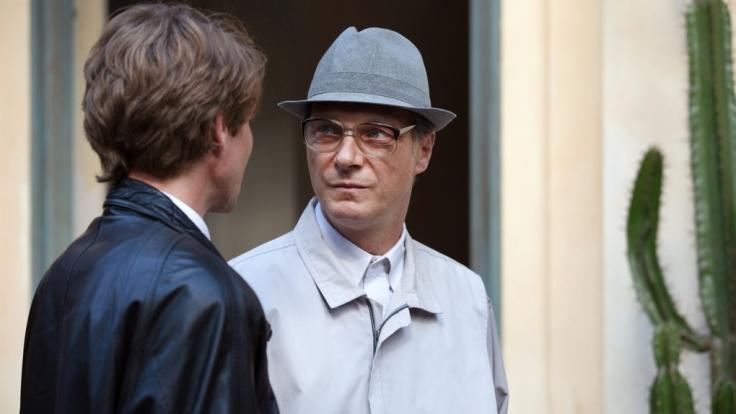 Johann Rummel (Max Bretschneider, li.) führt in Chile das letzte Interview mit Erich Honecker (Martin Brambach). (Foto)