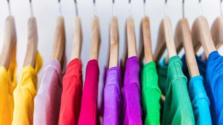 In Kleidung stecken oft gefährliche Chemikalien drin. (Foto)