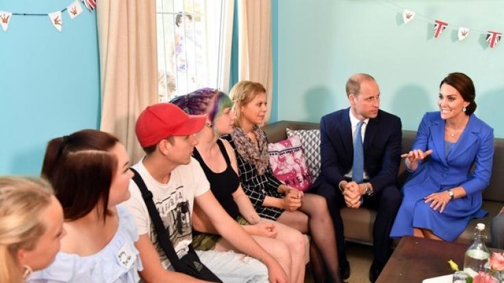 William und Kate im Gespräch mit sozial benachteiligten Kindern.